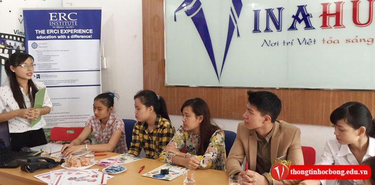 Nhân viên vinahure giới thiệu tại hội thảo du học singapore cùng trường dimensions